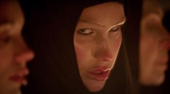 """Entre nonne et domina, Eartheater joue l'ambivalence dans le clip de """"Faith Consuming Hope"""""""