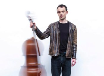 Le musicien Gaspar Claus fout le bordel avec son violoncelle